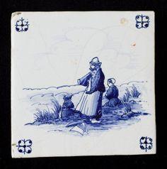 Tegel: Boerinnetjes op duintop 1920-1940 Ne, Makkum, Tichelaar