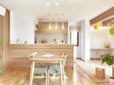 温かみのあるオーク柄で統一されたキッチン Kitchen Bar Design, Interior Design Kitchen, Kitchen Decor, Apartment Interior, Apartment Design, Kitchen Organisation, Kitchen Views, My Home Design, Space Interiors