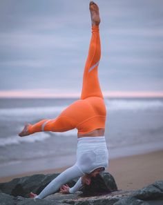 Holly Bentley reaches for the sky in the #AloYoga Elevate Legging #yoga #inspiration #goals
