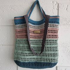 작년구입하고 잠들어있는 실 소비하기, 남은실이 여러가지 색상이라 본의 아니게 알록달록! #네트백 #뜨개질 #코바늘 #crochet #netbag Crochet Clutch, Crochet Handbags, Crochet Purses, Knit Crochet, Crochet Bag Tutorials, Crochet Videos, Crochet Market Bag, Macrame Bag, Sewing Stitches