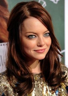 Actress Emma Stone rocks dark auburn brown locks styled in a chic half-up hairdo. This rich brown hair color is classy and glamorous, and it suits both light and dark complexions. by maxine Dark Auburn Hair Color, Red Hair Color, Cool Hair Color, Brown Hair Colors, Auburn Brown, Short Auburn Hair, Emma Stone Hair Color, Color Red, Medium Auburn Hair