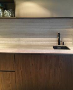 Keuken pantry in Noten hout met marmer werkblad en achterwand. Quooker in mat zwart en bovenkasten in structuurlak