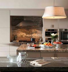 plaque anti éclaboussure façon marbre marron, meubles blanc neige et suspension originale