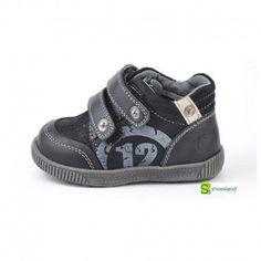 Si el bebé comienza a ponerse de pie es el momento de comenzar a ponerle una bota con suela; de piel blandita pero resistente. Esta bota para niño para primeros pasos es de piel color negro con cierre de velcro  Del 19 al 24