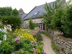 Plomarc'h à Douarnenez, Jardin traditionnel d'une ferme proposant aussi ( la petite maison ) le Bead and Breakfast , Bretagne.    Douarnenez, garden of a farm producing organic food, Brittany, France. That small house is a Bead and Breakfast     Really Neat Photo