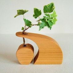 This is a small vase with the image of the shape of the waves. The part where the glass tube is inserted is cut from the same tree. Please enjoy the change of grain on the curved surface. Bud Vases, Flower Vases, Test Tube Crafts, Wood Projects, Woodworking Projects, Wall Terrarium, Wood Crafts, Diy And Crafts, Wood Vase