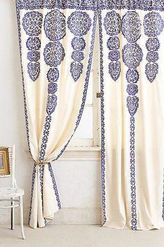 Enfärgade gardiner, mönstrade gardiner. Pampiga gardiner som faller tungt, eller…