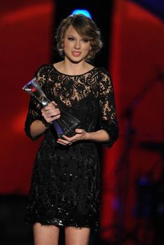 Taylor Swift Photos - Honoree Taylor Swift accepts the CMT Artists of the Year at The Factory on November 2010 in Franklin, Tennessee. - CMT Artists of the Year - Show Taylor Swift Images, Cmt Music Awards, Los Angeles Convention Center, Swift Photo, Album Of The Year, Photo L, Free Images, Going Out, Formal