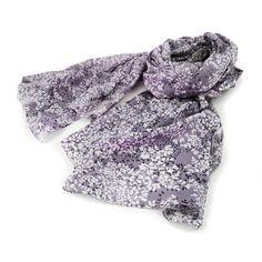 SCIARPA PAREO DANILA VIOLA - Graziosa sciarpa pareo stampata con motivi floreali nei toni del viola. Composizione: 100% cotone.