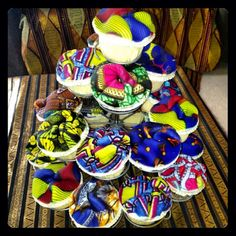 Olori V is a true ankara print lover. In she ditched the ordinary birthday cake and opted for colorful ankara print cupcakes. A few cupcakes even African Party Theme, African Cake, African Dress, Ankara, Sixteenth Birthday, 35th Birthday, Deco Restaurant, Henna Party, Birthday Cupcakes