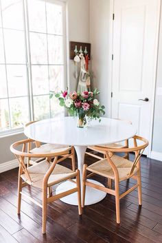 Small and cute: white tulip table and four wishbone chairs