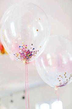 Ponerle lentejuelas, shibre, y brillos varios dentro de los globos transparentes. Tambien se le puede agregar otro balon adentro.