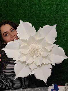 Paper Flower Backdrop Wedding, Paper Flowers Craft, Paper Flower Wall, Flower Wall Decor, Giant Paper Flowers, Big Flowers, Paper Roses, Felt Flowers, Felt Flower Pillow
