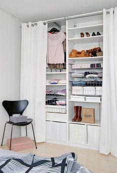 Bien net—Un bon bricoleur fabriquera sans souci un placard équipé d'étagères réglables. Des paniers en tissu, en plastique ou en osier complètent le rangement, et un rideau, bien moins dispendieux que des portes, ferme le tout.