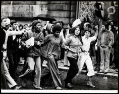 Risultati immagini per lisboa portugal 1974 Great Photos, Old Photos, Vintage Photography, Street Photography, History Of Portugal, Iberian Peninsula, Fidel Castro, History Images, Portugal Travel
