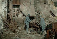 Soldats du génie travaillant dans une forge détruite  Description :  Autochromes de la guerre 1914-1918, département de la Marne. Lieu de prise de vue : Reims  Auteur :  Cuville Fernand (1887-1927)