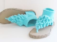 Try this crochet pattern to make a gorgeous pair of Crocodile Stitch Gladiator Sandals, a woman's slipper pattern like never before. This pattern is aptly named the Boho Dreamz Sandals.