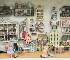 Look at this refreshing homemade dollhouse - what an original style and design Haunted Dollhouse, Victorian Dollhouse, Dollhouse Dolls, Dollhouse Miniatures, Dollhouse Ideas, Dolls House Shop, Doll Shop, Doll Houses, Miniature Rooms