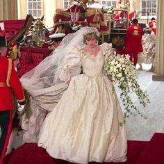 Diana, Princess of Wales. ~ Lady Diana Spencer on her wedding day. Royal Princess, Princess Diana Wedding Dress, Princess Diana Fashion, Princess Diana Pictures, Princess Diana Family, Princess Tiara, Princess Diana Funeral, Royal Brides, Royal Weddings
