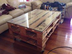 Tutoriel pour réaliser une table basse en palette de style industriel. Une table basse au style unique pour votre salon intérieur ou votre salon de jardin.