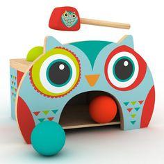 Con el búho golpea pelotas de madera de Eurekakids, los pequeños se divertirán martilleando las bolas, disfrutarán oyendo el sonido que provocan y aprenderán observando el efecto de las bolas al caer.