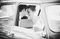 Séance de couple dans une vieille voiture, couple photoshoot in old car, Mariage bleu à l'auberge des Gallant Photographe de mariage haut de gamme / Fine Art Wedding photographer à  Montréal et International - Bon...