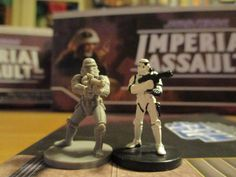 Stormtrooper a confronto: Star Wars Imperial Assault (FFG, sinistra) vs Star Wars Miniatures (Hasbro, destra). Scala differente.