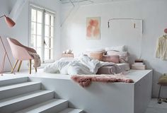 Verhoogd bed; leuk idee en handig voor extra (opberg)ruimte!