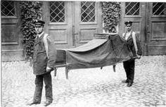 Dva muži v uniformách s nosítky pro nemocné. Abt 1910