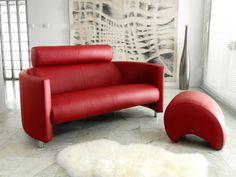 Un canapé en cuir rouge pour un salon luxueux