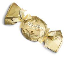 """Nieuw, pas binnen onze assortiment. Klassieke Panettone van Chiostro di Saronno, in een originele en Royale """"snoep"""" verpakking! Wees er snel bij!  http://www.peccatidigola.nl/chiostro-di-saronno-panettone-classico-linea-gold-incartata-a-mano-caramella-750g"""