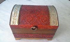 Bau com textura vermelho e dourado com latonagem envelhecida . www.elo7.com.br/esterartes