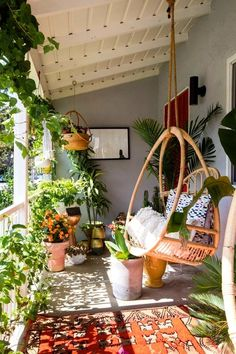 5 dromerige manieren om je balkon om te toveren in een achtertuin - Daily Dream Decor Apartment Balcony Decorating, Apartment Balconies, Porch Decorating, Decorating Ideas, Apartment Plants, Apartment Living, Apartments Decorating, Cozy Apartment, Interior Decorating