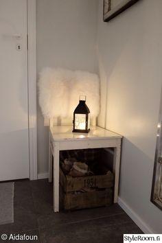 eteinen,vanha tuoli,valkoinen talja,puulaatikko,lyhty