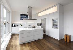 Küche ganz in weiß mit Keramikarbeitsplatte, Spülinsel und großen ...