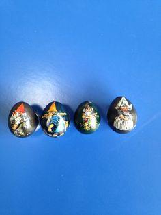 Kabouters Rien Poortvliet geschilderd op kwartel- eitjes.