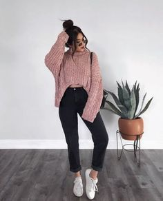Pink Chunky knit sweater and black trousers with white sneakers. Cute and trendy outfit idea for school. Teenager Outfits, College Outfits, Winter Fashion Outfits, Fall Winter Outfits, Mode Ootd, Jugend Mode Outfits, Cute Casual Outfits, Outfit Goals, Aesthetic Clothes