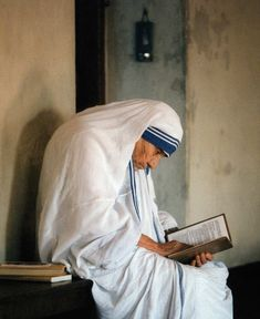 Teresa of Calcutta through pictures, quotes and prayers - THE MYSTERY O F FAITH . Religion, Mother Theresa Quotes, Sainte Therese De Lisieux, Saint Teresa Of Calcutta, Saint Quotes, Catholic Saints, Roman Catholic, Patron Saints, Lectures