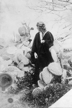 Lieutenant Colonel Thomas Edward Lawrence (aka Lawrence of Arabia, British Army officer best known for his liaison role during the Arab Revolt against Ottoman Turkish rule of Seen here in the desert, surrounded by cacti. Seven Pillars Of Wisdom, Gertrude Bell, Lawrence Of Arabia, Life Is An Adventure, World War I, Belle Epoque, Anthropology, Archaeology, American History