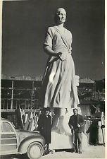 """Leone Tommasi (Pietrasanta 1903 - 1965), Lo scultore Leone Tommasi davanti al suo monumento """"Eva Peron"""", 1953. 8m di h."""
