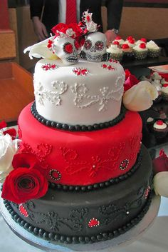Why are rockabilly weddings so popular today? Because they are fun and vivacious and often being low budget look dramatic. I'd like to share awesome rockabilly wedding cakes that will easily become a statement on your big day. Skull Wedding Cakes, Gothic Wedding Cake, Sugar Skull Wedding, Gothic Cake, Halloween Wedding Cakes, Halloween Cakes, Skull Cakes, Halloween Party, Beautiful Cakes