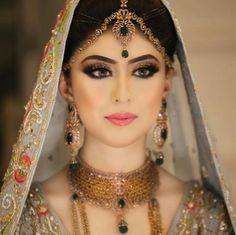 The jewellery. Everything is just perfect. Asian Wedding Dress Pakistani, Pakistani Bridal Makeup, Bridal Eye Makeup, Bridal Makeup Looks, Bridal Looks, Bridal Style, Weeding Makeup, Bridal Jewellery Inspiration, Bridal Jewelry
