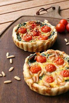 Quicheglück zum Wochenende: Blätterteig trifft auf Tomaten, Spinat und feinste Pinienkerne. | A Cake A Day | Mein Foodblog