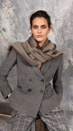 The complete Giorgio Armani Pre-Fall 2019 fashion show now on Vogue Runway.Giorgio Armani Pre-Autumn-Winter 2019 (Pre-Fall shown December 2018 Look Fashion, Timeless Fashion, Trendy Fashion, Fashion Show, Womens Fashion, Fashion Trends, Classic Fashion, Milan Fashion, Classic Style