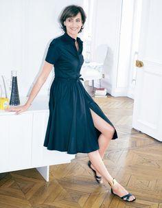Robe Chemise Noire ines de la Fressange pour la Redoute Ines in a simple, pretty black dress. Great legs!