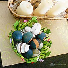 Βάφοντας τα πασχαλινά αυγά μπλε