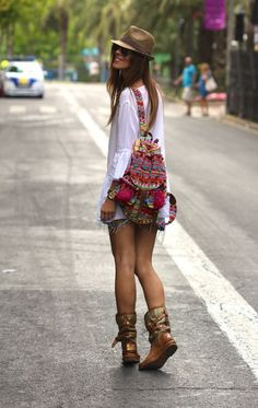 New street style boho chic gypsy backpack for a cool modern hippie look. Hippie Style, Look Hippie Chic, Gypsy Style, Mode Hippie, Bohemian Mode, Bohemian Style, Bohemian Fashion, Bohemian Jewelry, Bohemian Summer