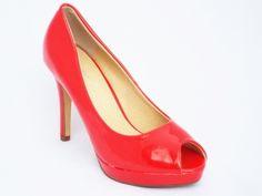 Pantofi dama rosii, lacuiti, cu toc 9 cm si platforma  Acesti pantofi de damaeleganti sunt realizati din pieleecologica lacuita. La interior sunt captusiti cu un materialeco foartefin care impiedica pielea piciorului dumneavoastra sa transpire.Credeti ca s-ar potrivi si ace