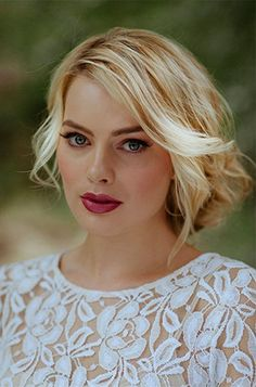 Margot Robbie .//. Blonde hair, fuschia lips, blue eyes