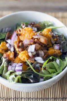 Zoete aardappelsalade met spekblokjes en zongedroogde tomaten. Lekker als lunch of bij het diner!